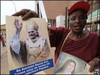 Mujer con afiche del Papa