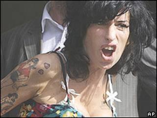 Amy Winehouse chega ao tribunal