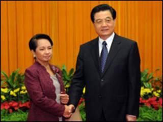 Tổng thống Philippines Gloria Arroyo và Chủ tịch Trung Quốc Hồ Cẩm Đào hồi tháng 8/2008