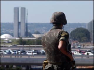 Soldado brasileiro em frente ao Palácio do Planalto, em Brasília (Foto: Elza Fiúza/ABr)