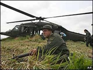Policía antinarcóticos en un operativo en Colombia
