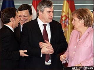 El primer ministro británico, Gordon Brown, la canciller alemana Angela Merkel y el presidente de Francia, Nicholas Sarkozy