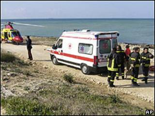Paramédicos en el área del ataque