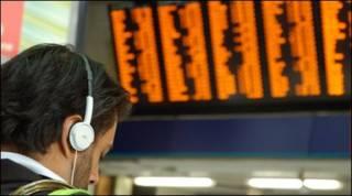 Hành khách trước bảng giờ tàu