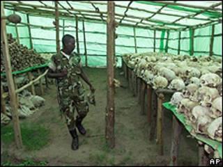 Soldado ruandês observa crânios de pessoas mortas no genocídio de 1994 (AP/arquivo)