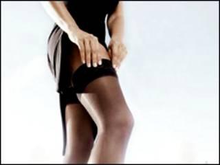 Mujer ajustándose las medias.