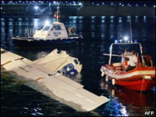 Avião é resgatado após acidente na Itália, em 2005 (AFP/arquivo)