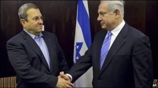 Ehud Barak (esq.) e Benjamin Netanyahu