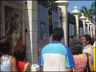 Personas en la Avenida del Puerto de La Habana