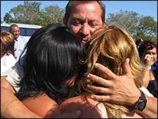 Cubano recibe familiares (Foto: Raquel Pérez)