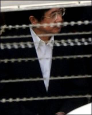Cựu TT Đài Loan ông Trần Thủy Biển tay bị còng đang được dẫn ra tòa
