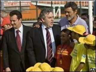 O primeiro-ministro britânico, Gordon Brown (centro), com o prefeito de São Paulo, Gilberto Kassab (esq.) e o ex-jogador Sócrates (dir.) na capital paulista