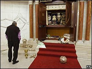 Foto de archivo de enero 31, 2009, un miembro de la comunidad judía observa los destrozos causados a la sinagoga en Caracas