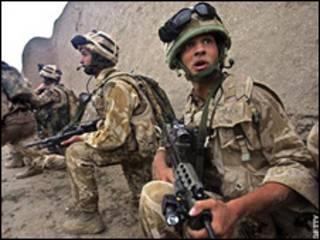 سربازان بریتانیایی در هلمند (عکس از آرشیو)