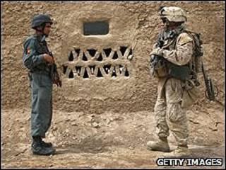 Soldado afegão e soldado americano
