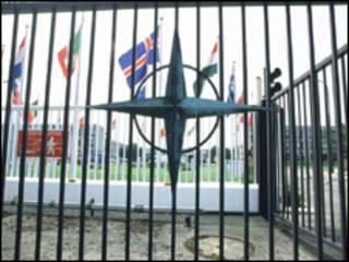Portão principal de sede da Otan em Bruxelas, Bélgica