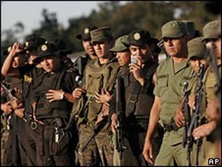 Policías y soldados guatemaltecos en una base aérea de Guatemala el 7 de marzo.