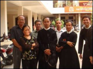 Linh mục Pherô Nguyễn Văn Khải (người đứng giữa)