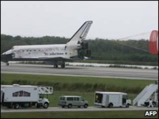 شاتل دیسکاوری در فلوریدا به زمین نشست