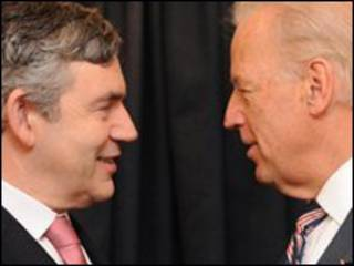 Phó tổng thống Mỹ Joe Biden (bên phải) và thủ tướng Anh Gordon Brown