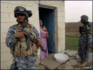 Policiais iraquianos guardam casa em Bagdá