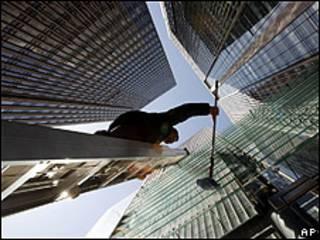 Chinês limpa janela de arranha-céu em Pequim