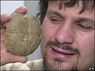 John Shepherd muestra un pancillo cocinado hace 180 años. Foto de archivo: 2000