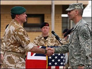 El general británico Andy Salmon (izq.) traspasa el control al general estadounidense Michael Oates