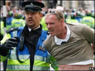 Manifestante é detido por policial durante protesto nesta quarta-feira, em Londres (AP)