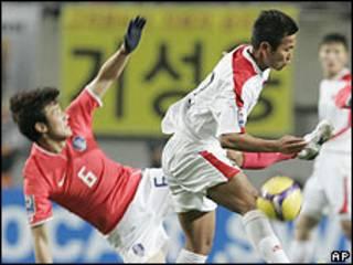Juagadores de Corea del Norte y Corea del Sur se disputan el balón