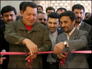 Chávez e Ahmadinejad inauguram banco binacional em Teerã (AFP)