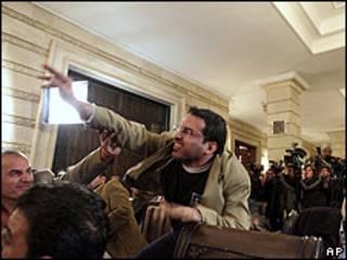 Muntadar al-Zaidi arrojando su zapato a Bush