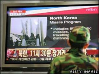 Sul-coreano observa lançamento de foguete da Coréia do Norte