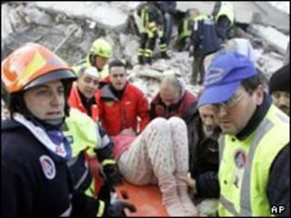 حمل زخمی زمین لرزه