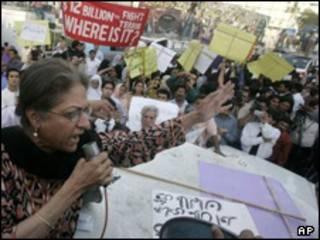 تظاهرات زنان علیه ماجرای شلاق زدن