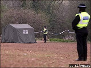 Policiais vigiam local onde vítima de 11 anos foi encontrada