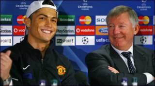 Ronaldo cùngvới HLV Ferguson trong buổi họp báo mới nhất