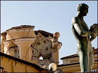 Catedral de L'Aquila, con la cúpula parcialmente destruida
