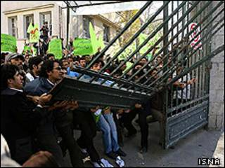 تصویر مأموران انتظامی ایران که در برابر در اصلی دانشگاه تهران صف کشیده اند