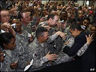 Obama, con los soldados estadounidenses en la base Camp Victory.