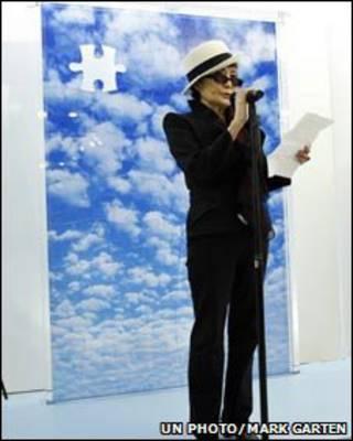 Yoko Ono en subasta de arte.