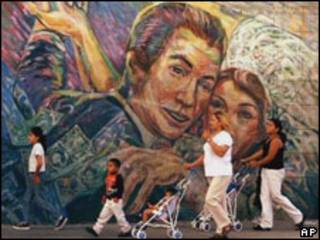Hispanos frente a un mural en Los Angeles, California.
