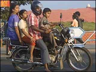 Familia india viaja en motocicleta.