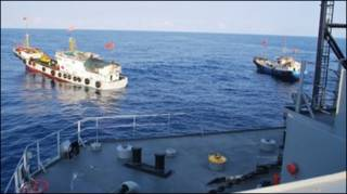 Tàu Impeccable của Mỹ bị tàu hải quân Trung Quốc vây quanh