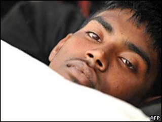 Un joven de Sri Lanka  en huelga de hambre frente al parlamento británico (9 de abril de 2009)
