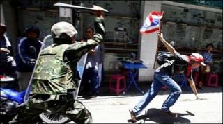 Lính rượt người biểu tình