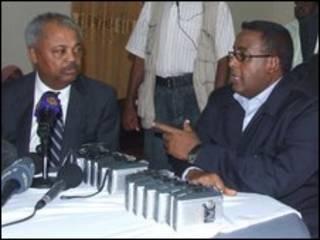 O deputado americano Donald Payne (E) e o primeiro-ministro da Somália, Omar Abdirashid Ali Sharmarke (D), em reunião em Mogadício