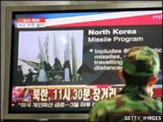Soldado de Corea del Sur observa lanzamiento
