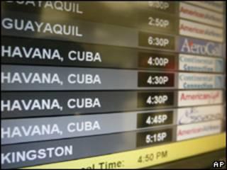 Monitor no aeroporto de Miami indica voos que chegam de Havana, Cuba (AP, 13/4)