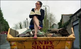 Một thư ký ngồi trên thùng rác